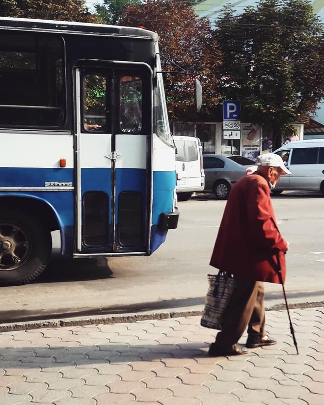 Ông cụ tuổi 70 định bán nhẫn vàng đi mua quả chơ-ri cho vợ và bí mật đằng sau câu chuyện sẽ khiến ngày mưa của bạn ấm áp  - Ảnh 1.
