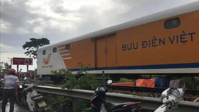 Ô tô vượt ẩu va chạm với tàu hỏa ở Nam Định, 4 người gặp nạn - Ảnh 1.