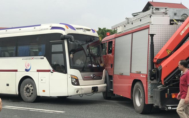 Dựng lại hiện trường vụ xe khách đâm xe cứu hoả khiến 1 chiến sỹ cảnh sát PCCC tử vong
