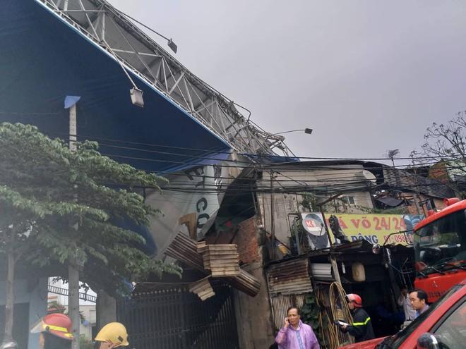 Bảng quảng cáo khổng lồ đổ sập trong mưa, đè chết người ở Sài Gòn - Ảnh 2.