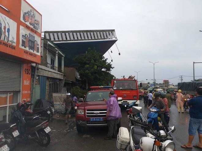 Bảng quảng cáo khổng lồ đổ sập trong mưa, đè chết người ở Sài Gòn - Ảnh 9.