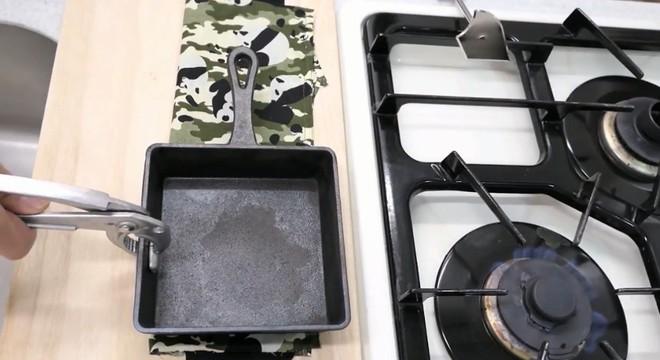 Biến quần đùi thành dao làm bếp sắc không kém dao inox, anh chàng khiến dân tình bái phục - Ảnh 3.