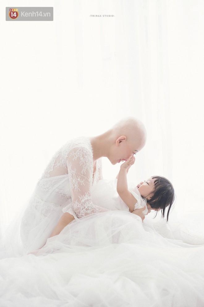 Bộ ảnh mẹ không có tóc bên con gái nhỏ đầy xúc động: Mình đã từng nghĩ không sống nổi với hình hài này - Ảnh 3.