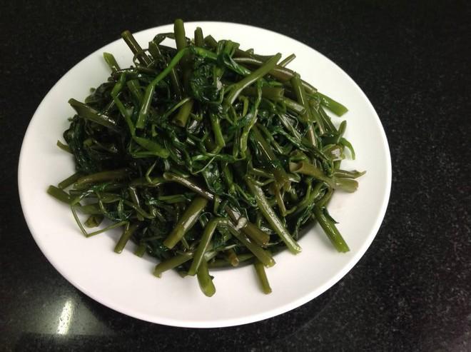 Bí quyết xào rau muống xanh mướt như nhà hàng, không bị thâm đen: Chỉ đơn giản trong 3 bước - Ảnh 2.