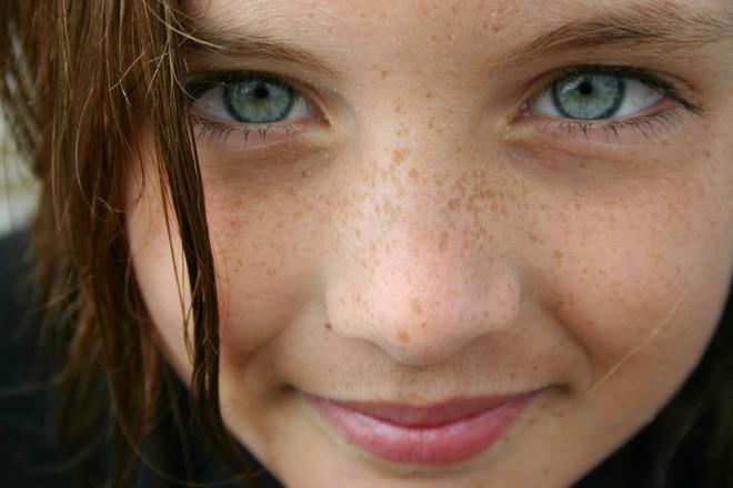 Khoa học phát hiện lý do ánh sáng xanh từ màn hình có thể dẫn đến mù lòa - Ảnh 2.