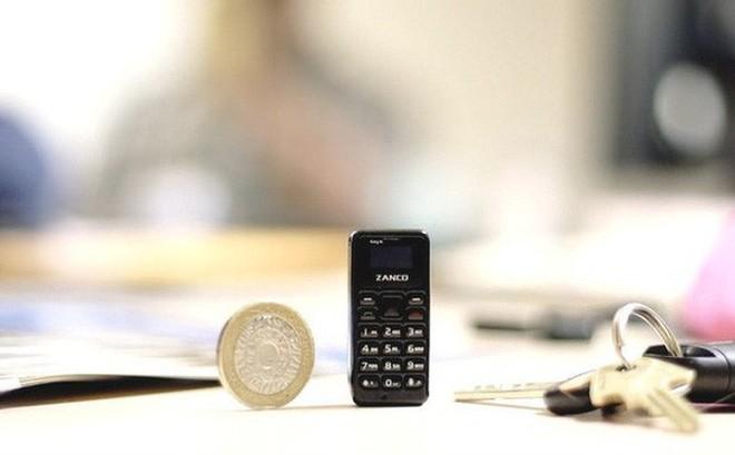 Tra tấn chiếc điện thoại nhỏ nhất thế giới: Độ bền chỉ như một chiếc điện thoại đồ chơi