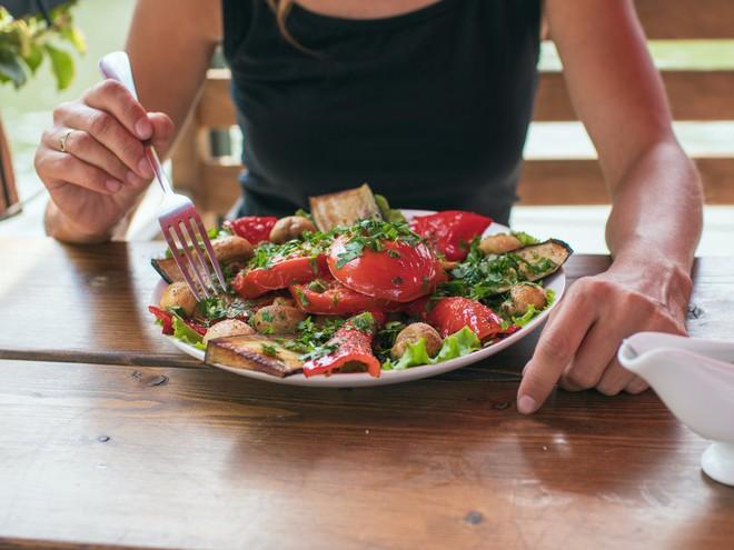 Nếu bạn đang có ý định bỏ ăn thịt thì hãy tham khảo chia sẻ của một nữ biên tập viên này - Ảnh 2.