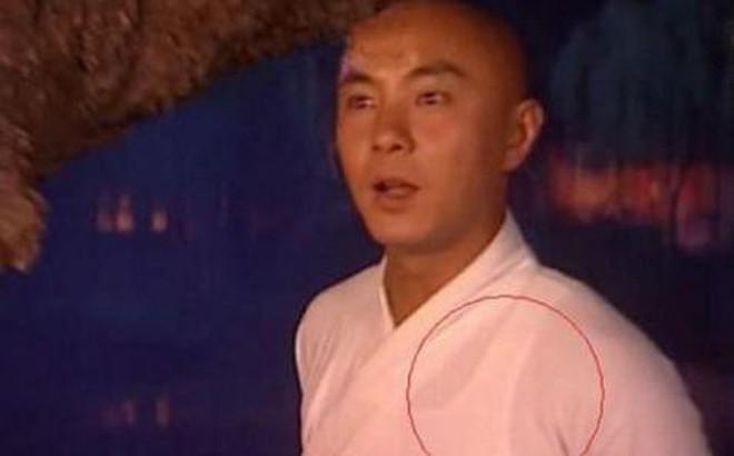 Sạn khó chấp nhận trong phim cổ trang: Quách Tĩnh đeo đồng hồ, Trương Vệ Kiện mặc áo ba lỗ