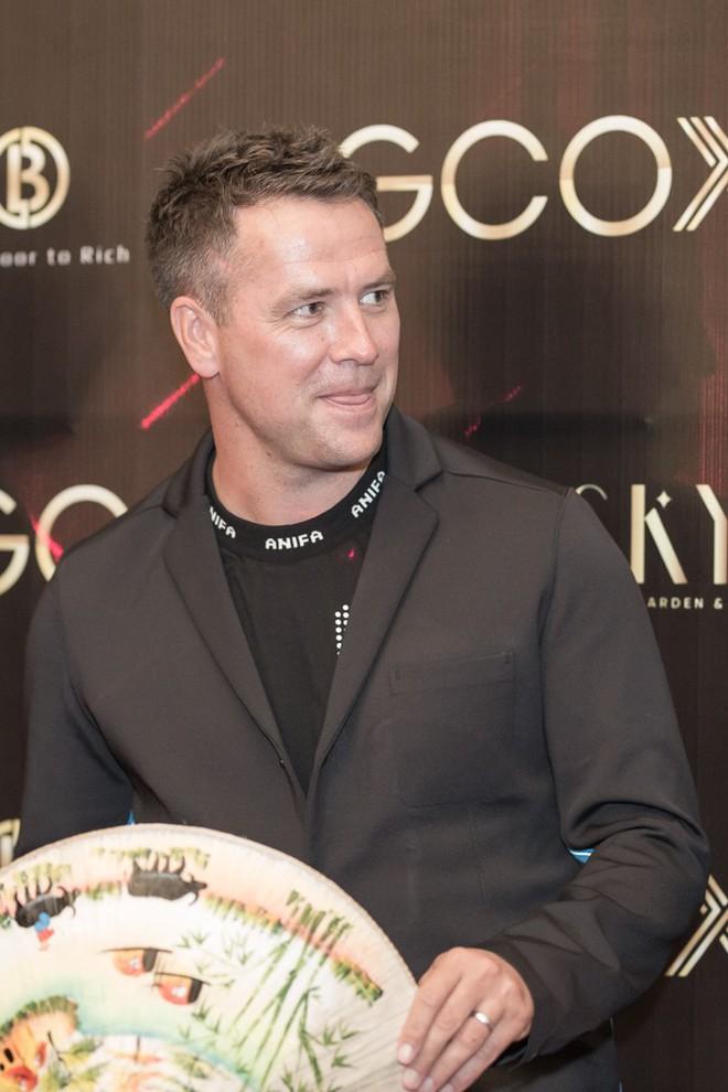 Phan Hoàng Thu mặc sexy, Cao Thái Hà tặng nón lá cho cựu cầu thủ Michael Owen - Ảnh 5.