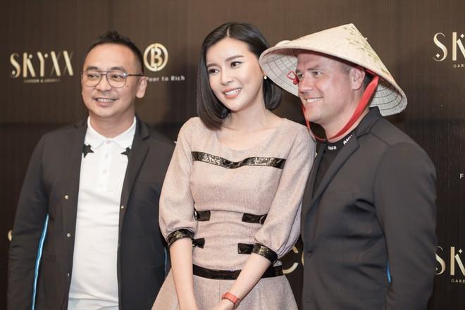 Phan Hoàng Thu mặc sexy, Cao Thái Hà tặng nón lá cho cựu cầu thủ Michael Owen - Ảnh 4.