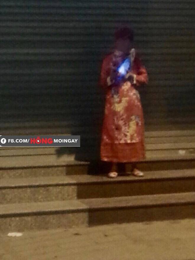 12h đêm, một người mặc áo quan đứng trước ngân hàng khiến ai đi qua cũng giật mình  - Ảnh 2.