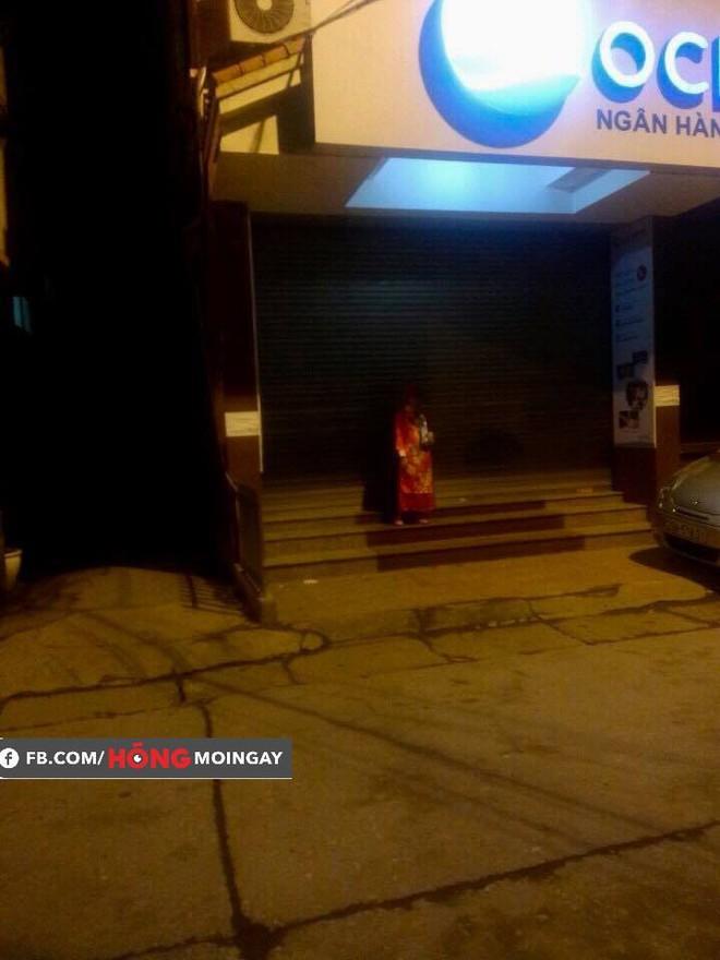 12h đêm, một người mặc áo quan đứng trước ngân hàng khiến ai đi qua cũng giật mình  - Ảnh 1.
