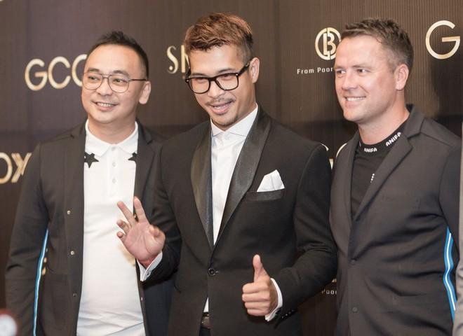 Phan Hoàng Thu mặc sexy, Cao Thái Hà tặng nón lá cho cựu cầu thủ Michael Owen - Ảnh 1.