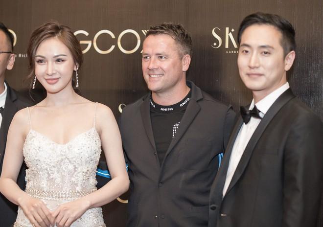 Phan Hoàng Thu mặc sexy, Cao Thái Hà tặng nón lá cho cựu cầu thủ Michael Owen - Ảnh 10.