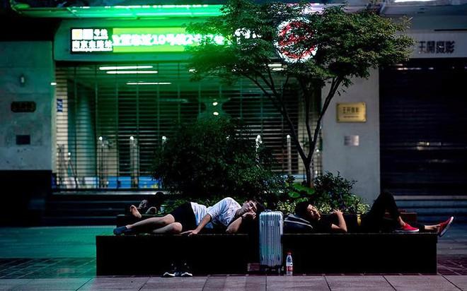 """Ảnh: Thượng Hải nóng """"như lò lửa"""", người dân phải đổ ra đường ngủ - Ảnh 13."""