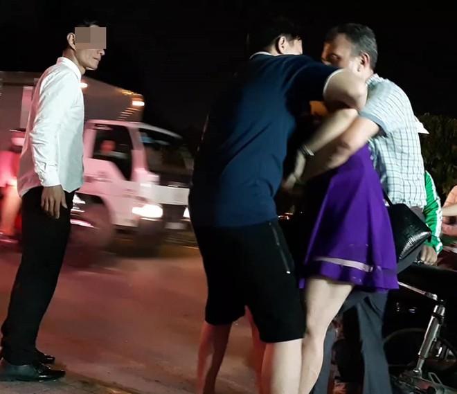23 giờ đêm, chuyện cô gái và 3 người đàn ông ở sân bay khiến tất cả hồi hộp hóng kết - Ảnh 1.