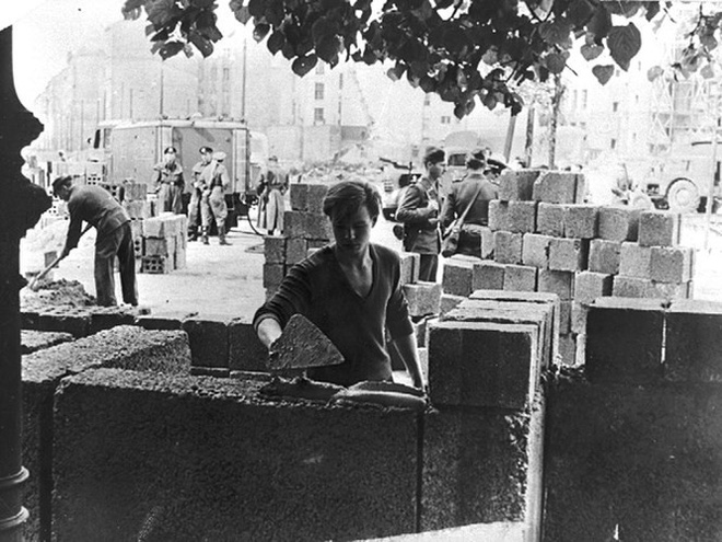 Những bức ảnh về Bức tường Berlin chia tách Đông Đức và Tây Đức - Ảnh 1.