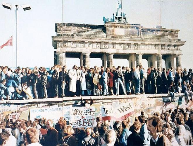 Những bức ảnh về Bức tường Berlin chia tách Đông Đức và Tây Đức - Ảnh 10.