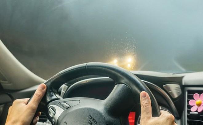 Cách làm sáng kính ô tô bị mờ khi đi trời mưa