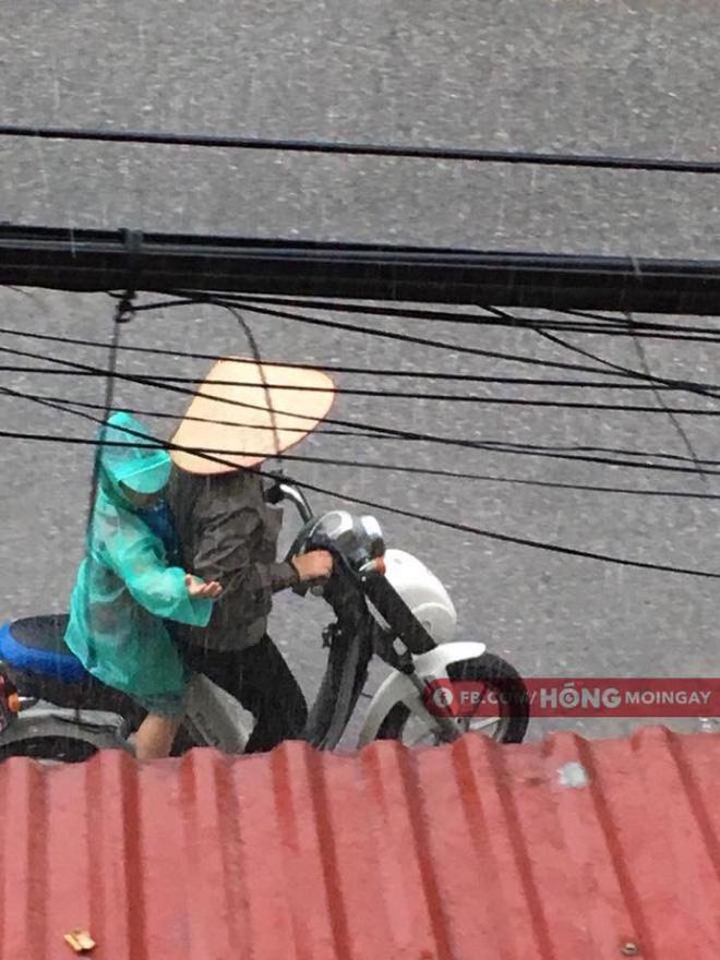 Hình ảnh người mẹ đội nón lá dừng xe giữa đường mặc áo mưa cho con trai gây xúc động - Ảnh 2.