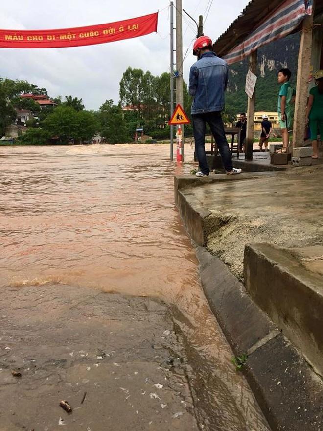 Cầu Na Sẩm ở Lạng Sơn bị lũ nhấn chìm, giao thông chia cắt - Ảnh 2.
