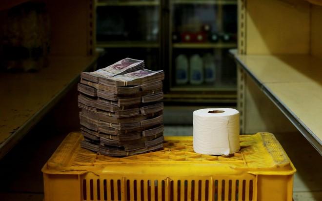 7 ngày qua ảnh: Cuộn giấy vệ sinh trị giá bằng cả đống tiền ở Venezuela - Ảnh 3.