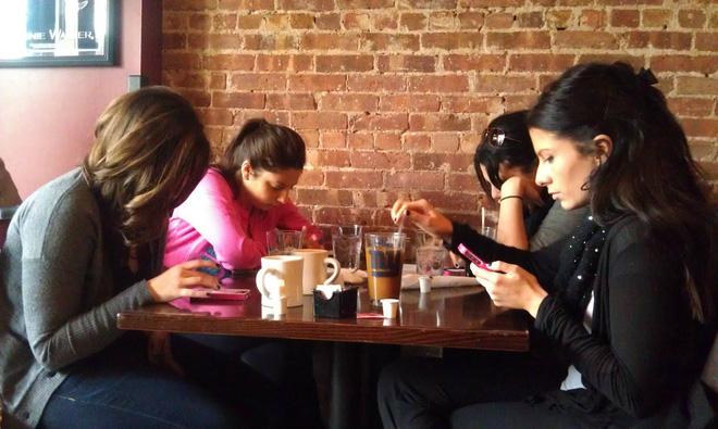 Đừng bao giờ nên dùng smartphone khi ngồi cùng bạn bè, nếu không muốn hậu quả xấu xảy ra - Ảnh 1.