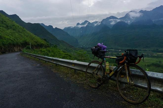 Khoe em trai 19 tuổi cùng hành trình xuyên Việt bằng xe đạp, nhưng dân mạng lại chú ý đến cô chị vì xinh xắn - Ảnh 1.