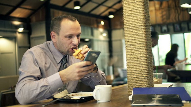 Đừng bao giờ nên dùng smartphone khi ngồi cùng bạn bè, nếu không muốn hậu quả xấu xảy ra - Ảnh 3.