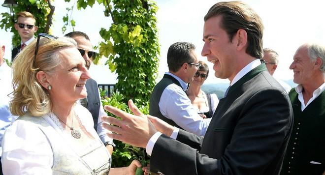 Khách VIP V.Putin mang quà đặc biệt mừng cưới Ngoại trưởng Áo - Ảnh 3.