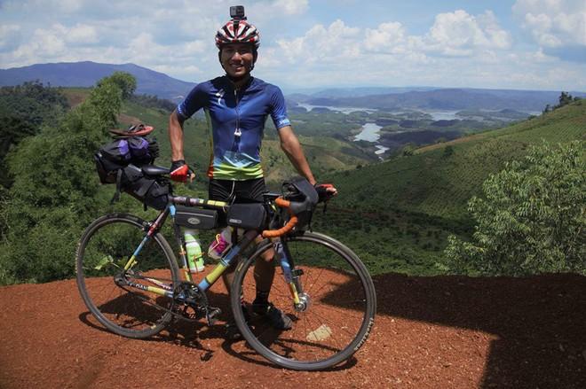 Khoe em trai 19 tuổi cùng hành trình xuyên Việt bằng xe đạp, nhưng dân mạng lại chú ý đến cô chị vì xinh xắn - Ảnh 3.