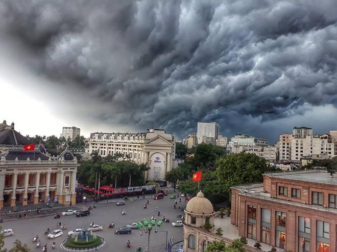 Bức ảnh bầu trời Hà Nội đang được chia sẻ nhiều nhất trên mạng xã hội hôm nay - Ảnh 1.