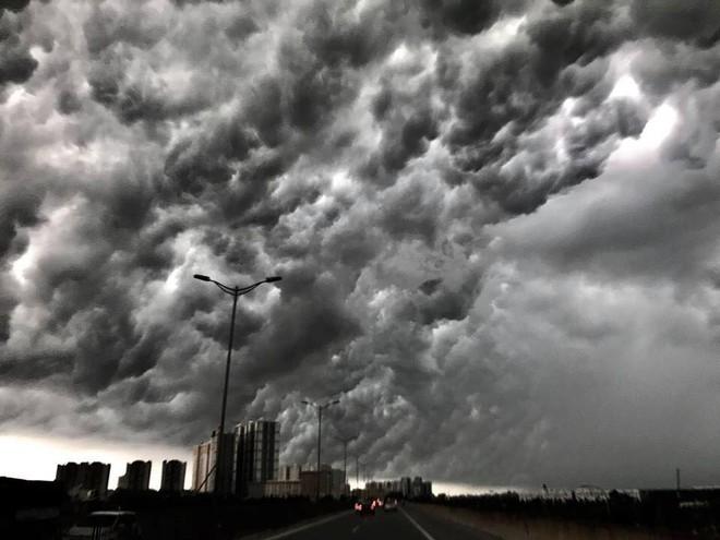 Bức ảnh bầu trời Hà Nội đang được chia sẻ nhiều nhất trên mạng xã hội hôm nay - Ảnh 3.
