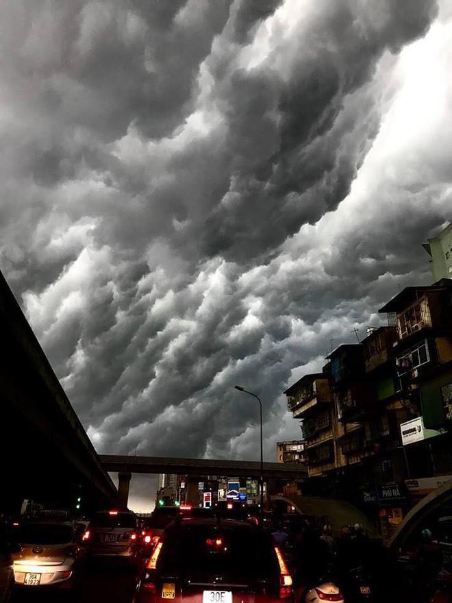 Bức ảnh bầu trời Hà Nội đang được chia sẻ nhiều nhất trên mạng xã hội hôm nay - Ảnh 2.