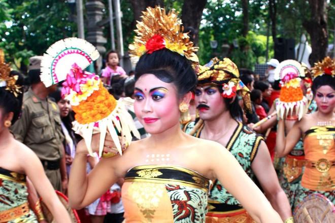 Indonesia: Lên núi quan hệ với người lạ để đổi vận, dân nghèo tới quan chức đều tham gia - Ảnh 3.