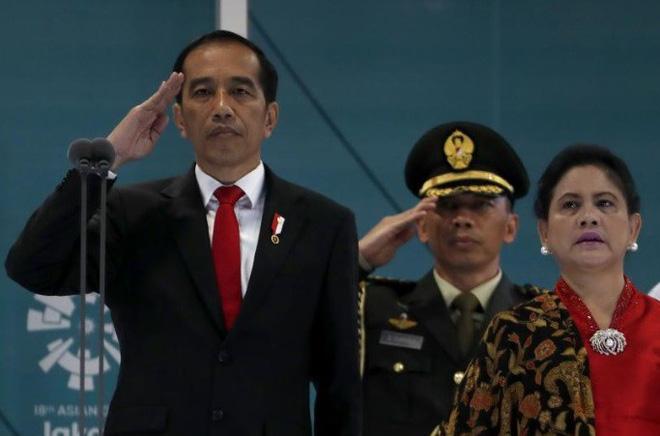 Tổng thống Indonesia xuất hiện tại Lễ Khai mạc ASIAD-18 bằng xe phân khối lớn như siêu sao hành động  - Ảnh 1.