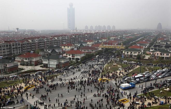 Đằng sau vỏ bọc hoàng kim: Biểu tượng thịnh vượng số 1 Trung Quốc vật lộn trong nợ nần - Ảnh 2.