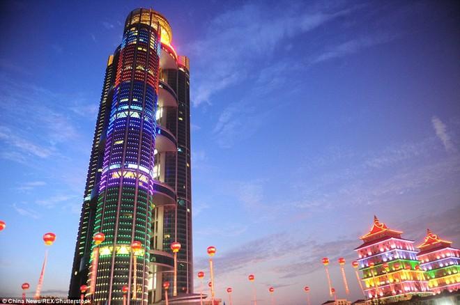 Đằng sau vỏ bọc hoàng kim: Biểu tượng thịnh vượng số 1 Trung Quốc vật lộn trong nợ nần - Ảnh 3.