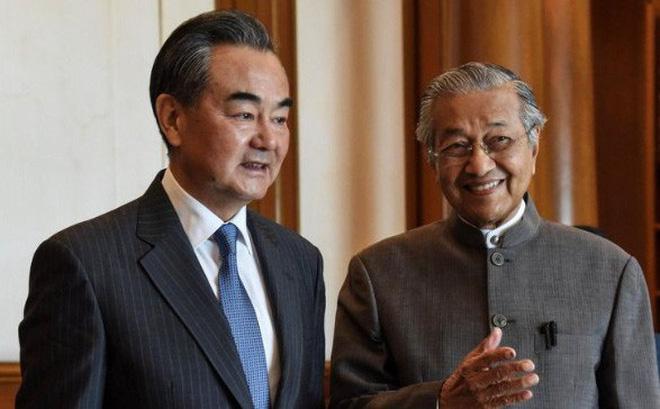 Thăm Trung Quốc, Thủ tướng Malaysia đổ lỗi cho người tiền nhiệm!