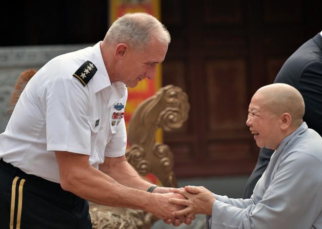 Tướng Mỹ thăm đền Hai Bà Trưng, cam kết hợp tác cùng Việt Nam bảo đảm quyền tự do hàng hải - Ảnh 3.