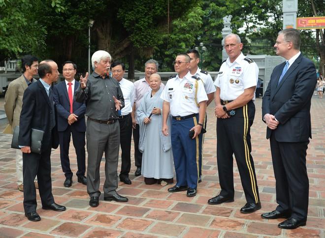 Tướng Mỹ thăm đền Hai Bà Trưng, cam kết hợp tác cùng Việt Nam bảo đảm quyền tự do hàng hải - Ảnh 2.