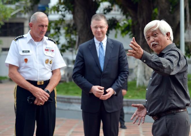 Tướng Mỹ thăm đền Hai Bà Trưng, cam kết hợp tác cùng Việt Nam bảo đảm quyền tự do hàng hải - Ảnh 4.