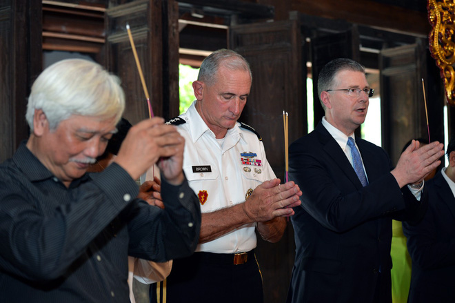 Tướng Mỹ thăm đền Hai Bà Trưng, cam kết hợp tác cùng Việt Nam bảo đảm quyền tự do hàng hải - Ảnh 5.