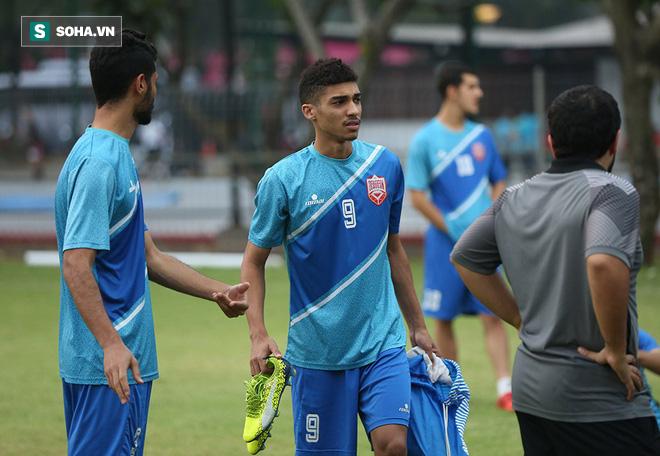 Tập ngay cạnh, HLV Bahrain liên tục do thám U23 Việt Nam - Ảnh 1.