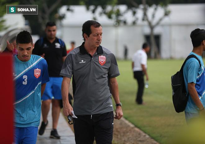 Tập ngay cạnh, HLV Bahrain liên tục do thám U23 Việt Nam - Ảnh 2.