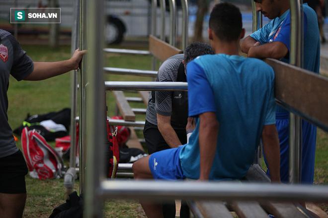 Tập ngay cạnh, HLV Bahrain liên tục do thám U23 Việt Nam - Ảnh 3.