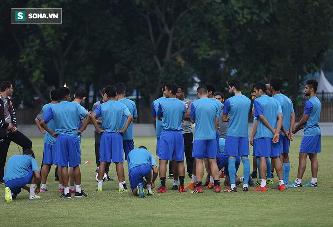 Tập ngay cạnh, HLV Bahrain liên tục do thám U23 Việt Nam - Ảnh 4.