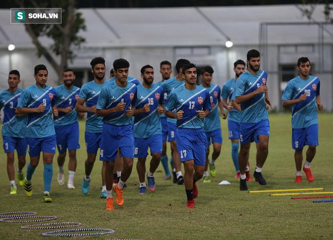 Tập ngay cạnh, HLV Bahrain liên tục do thám U23 Việt Nam - Ảnh 6.