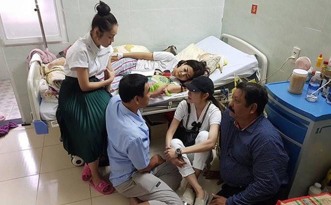 Quyền Linh đi chân đất, ngồi bệt xuống sàn nhà khi đến thăm hỏi Mai Phương