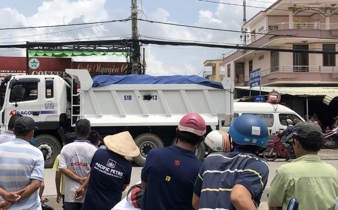Người dân bức xúc khi tài xế xe ben xịt sơn che biển số sau tai nạn khiến bé gái lớp 4 tử vong